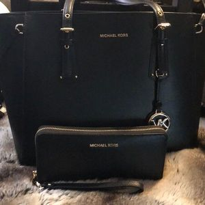 🔥 Michael Kors tote with matching wallet🔥